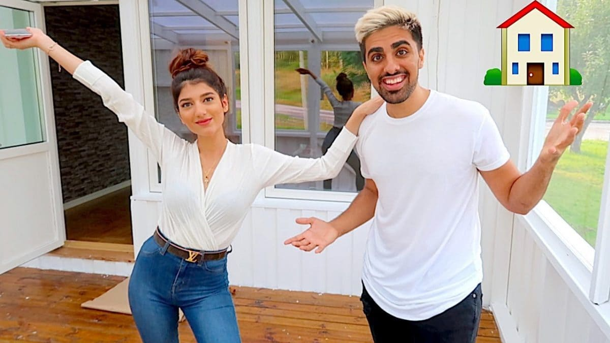 Mo Vlogs with his girlfriend Narins