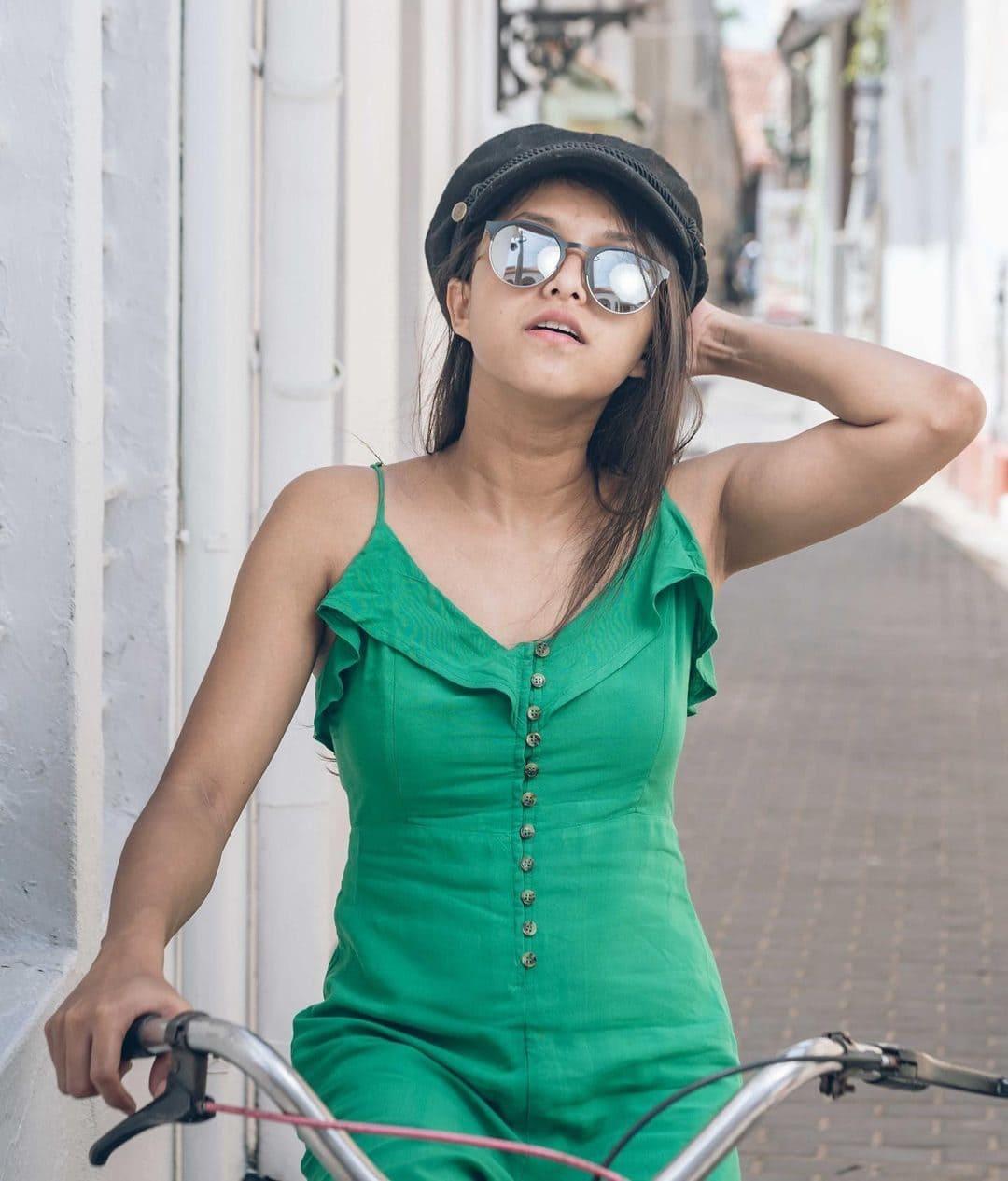 Yohani (Singer) Wiki, Age, Boyfriends, Net Worth & More 9